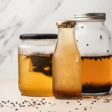 cold brew tea in 3 different jars.